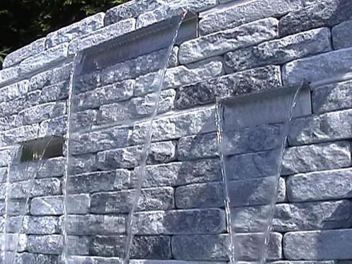 Steinwand mit wasserfall